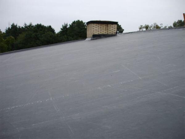 Het afgewerktde, lichthellende dak.
