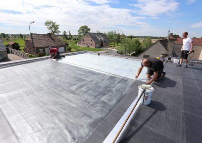Nieuwbouwwoning met volledig gelijmd plat dak